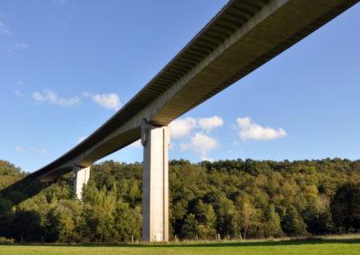Tel un géant, le pont de l'A64 enjambe nos coteaux et vallées