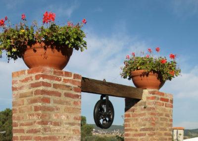 Un puit et des fleurs à Peyraube