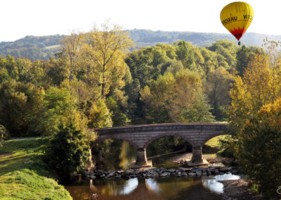 Une mongolfiere sur le pont de Bordes
