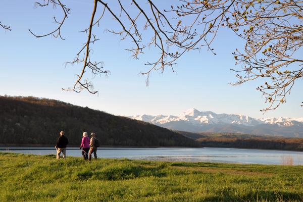 marcheur devant le lac de l'arrêt-darré